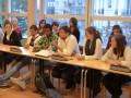 Elliot Lepers, au centre entouré des participants au débat ©StopauxClichés