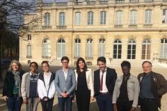 Les membres du jury entourés par Marie-Pierre Pernette, déléguée générale adjointe de l'Anacej et Bernard Deljarrie, délégué général de Cap'Com, ont assisté les jeunes dans leurs travaux ©Cap'Com