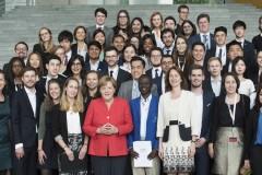 Les participants en compagnie d'Angela Merkel, Chancelière Allemande et Katarina Barley, ministre fédérale de la Famille, des Personnages âgées, des Femmes et de la Jeunesse
